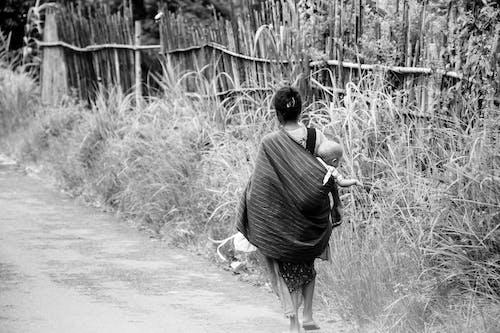 Gratis lagerfoto af gade, mor og barn, vej