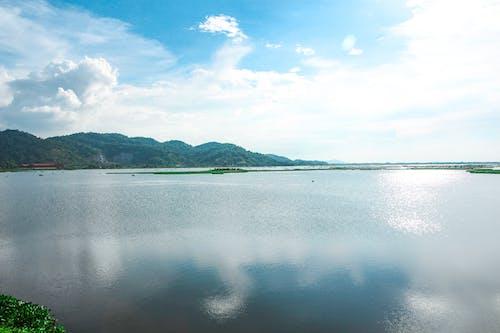 Gratis lagerfoto af bjerg, blå himmel, flodbred