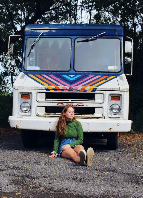 Бесплатное стоковое фото с Автомобильный, грузовик, девочка, женщина