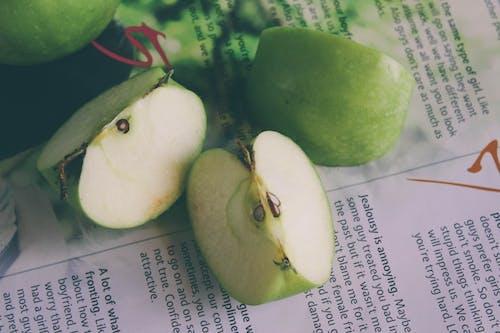 Ingyenes stockfotó zöld alma félig vágva témában