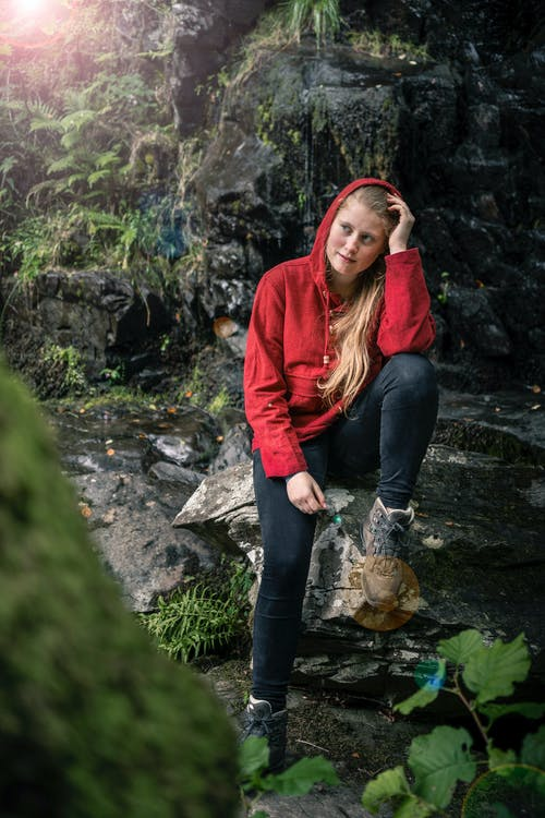 Foto d'estoc gratuïta de aigua, bosc, botes de muntanya, jersei