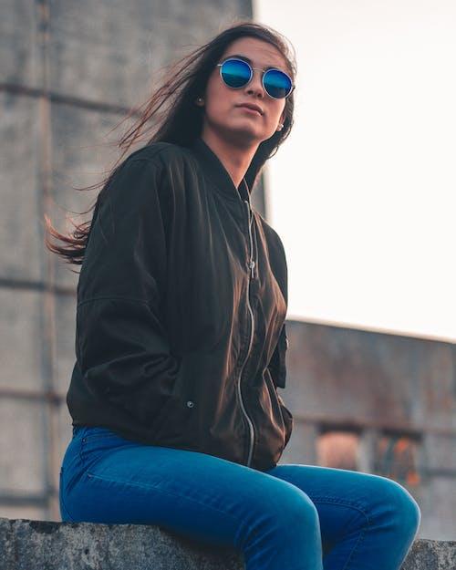 Základová fotografie zdarma na téma bunda, černá, denimové džíny, holka