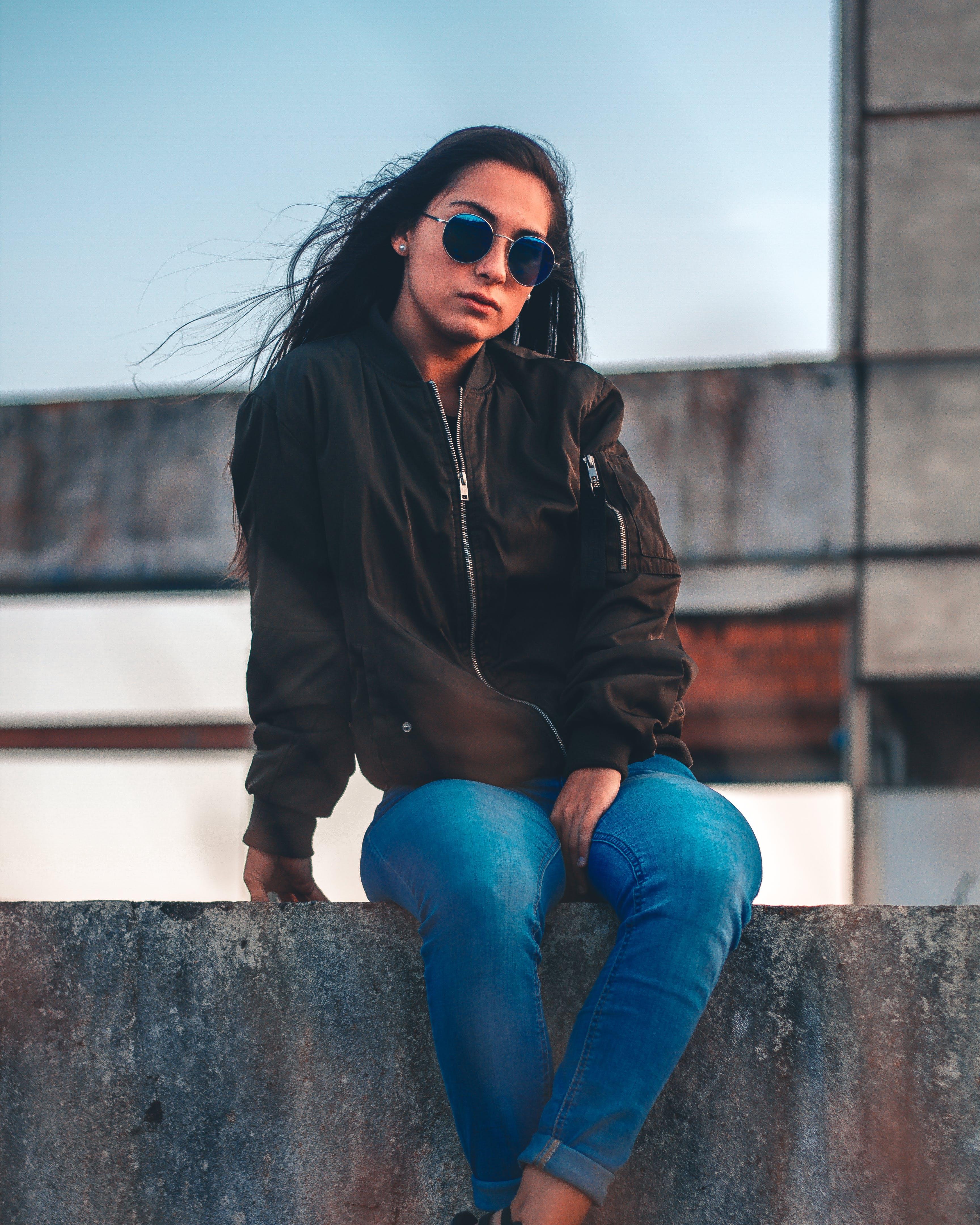 Základová fotografie zdarma na téma brýle, bunda, dáma, denimové džíny