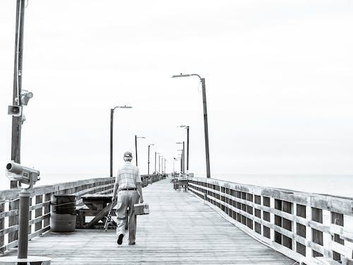 Fotobanka sbezplatnými fotkami na tému čierna a biela, mólo, rybár, rybárčenie človeka