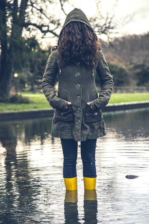 Foto profissional grátis de cabelo, casaco com capuz, chuteiras, garota