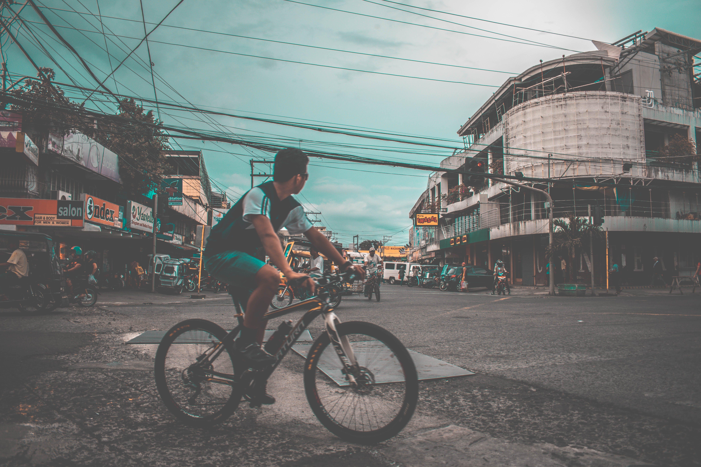 Kostenloses Stock Foto zu stadt, straße, fahrrad, drähte