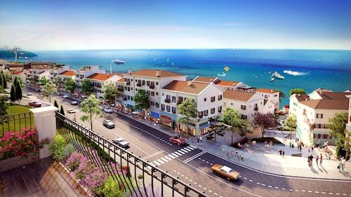 Безкоштовне стокове фото на тему «автомобілі, архітектура, берег моря, будівлі»
