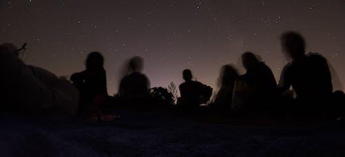 Бесплатное стоковое фото с длинная экспозиция, звезды, люди, ночное небо