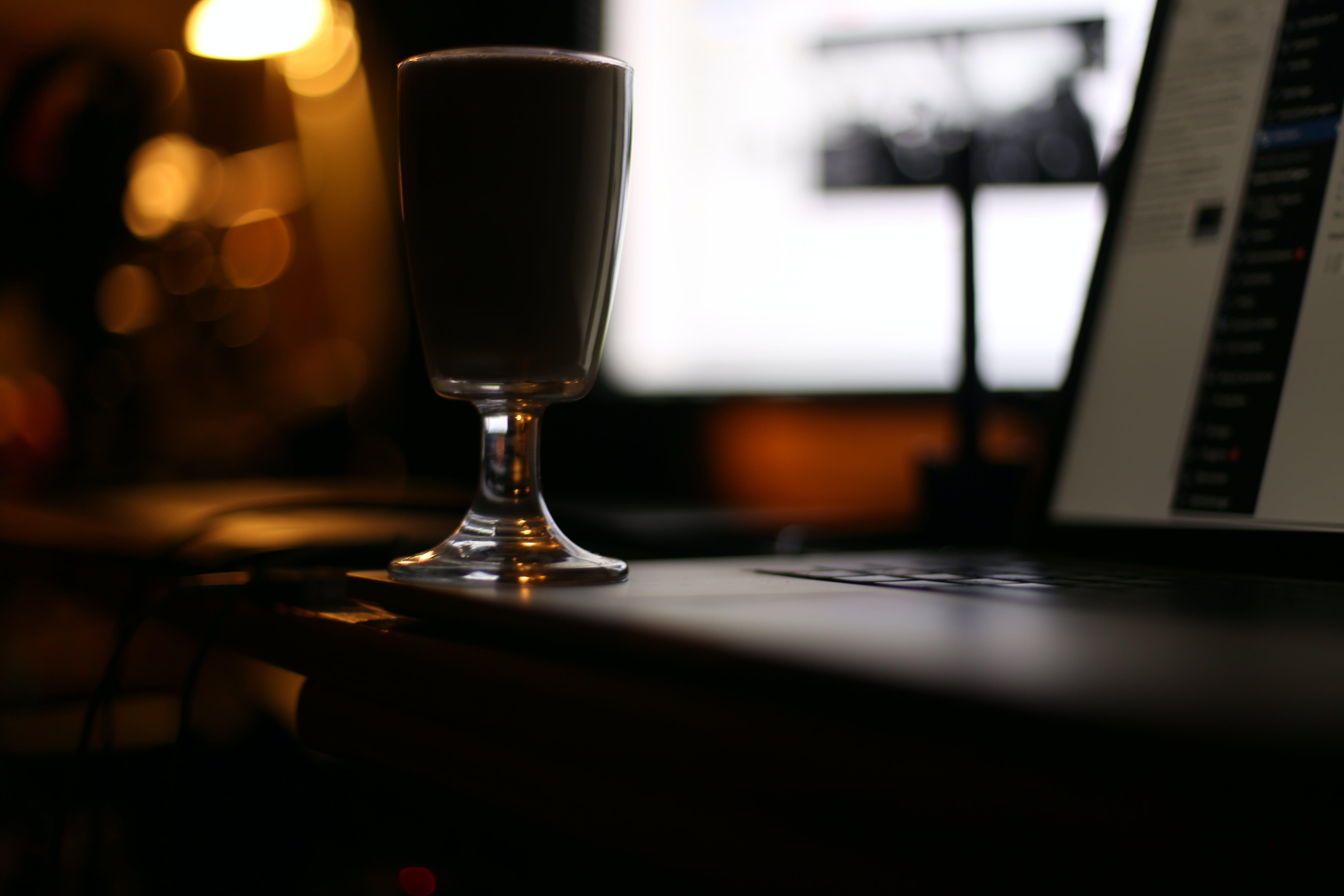 Gratis lagerfoto af bærbar computer, drikkeglas, drink, mørk