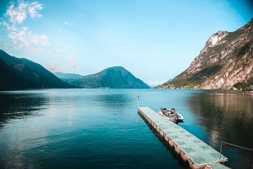Gratis stockfoto met aangemeerd, baai, bergen, boot