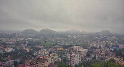 คลังภาพถ่ายฟรี ของ ชีวิตในเมือง, ท้องฟ้า, บ้านที่มีสีสัน, ภูเขา