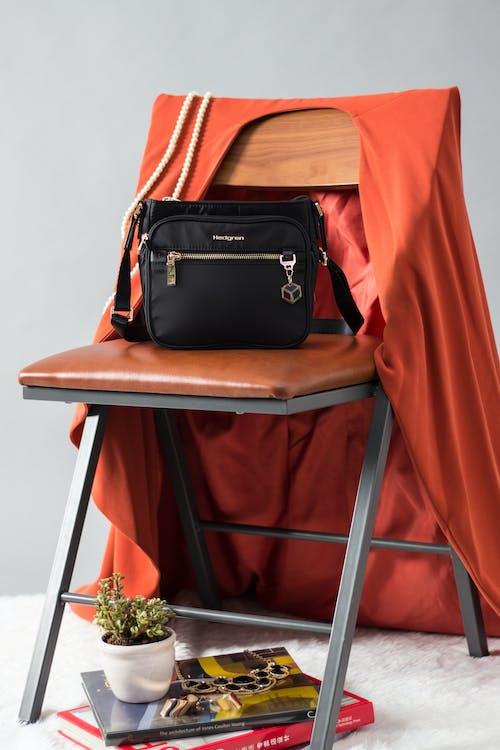 Bolsa Crossbody Preta Na Cadeira