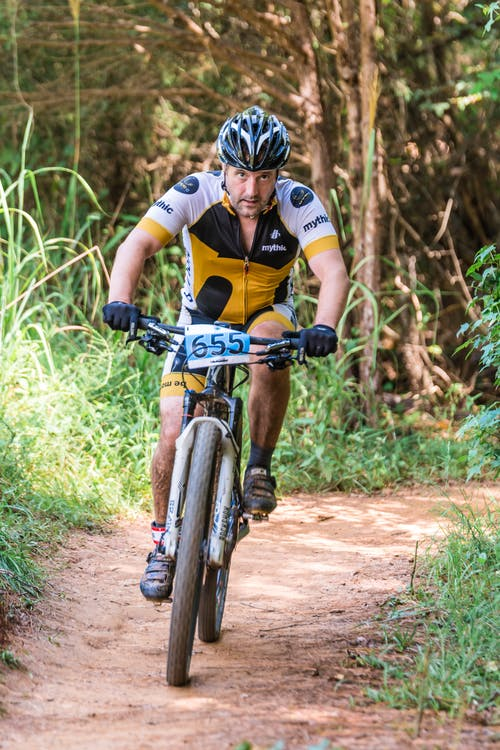 Man Berijdende Mountainbike