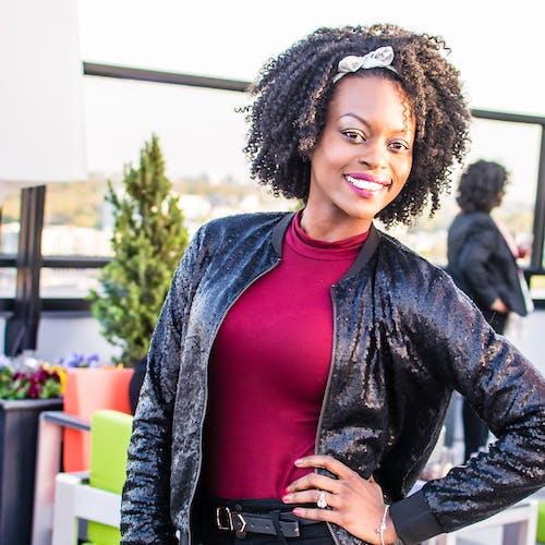 Fotobanka sbezplatnými fotkami na tému Afroameričanka, luk, model, úsmev