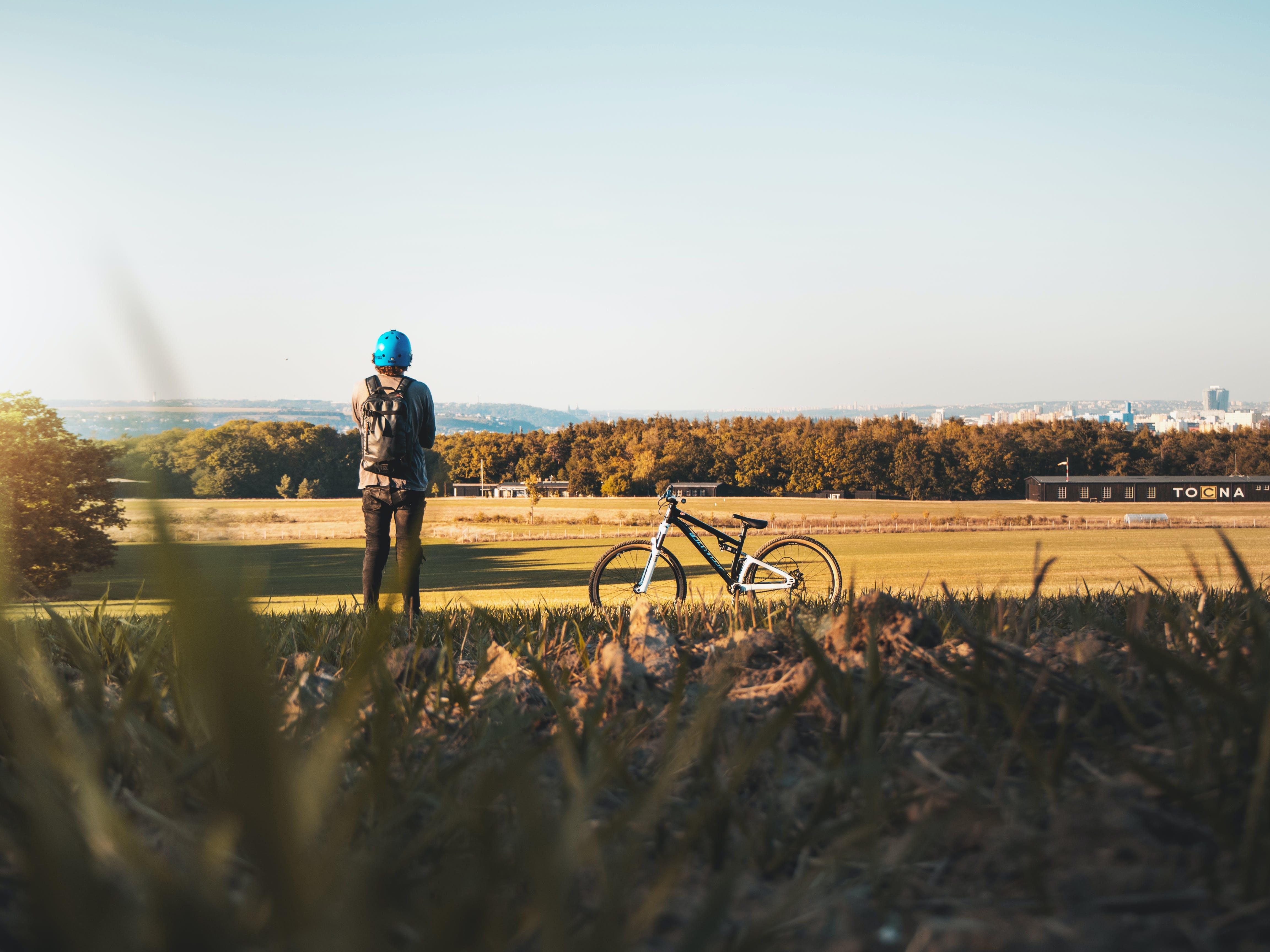 Foto profissional grátis de adulto, área, bicicleta de montanha, carro