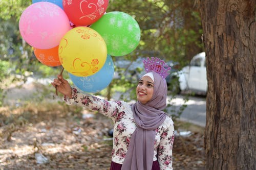 Darmowe zdjęcie z galerii z balony, chusta, drzewo, dziewczyna