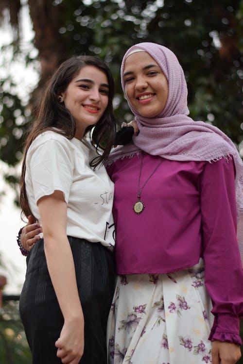 Gratis lagerfoto af ansigtsudtryk, folk, halstørklæde, hijab