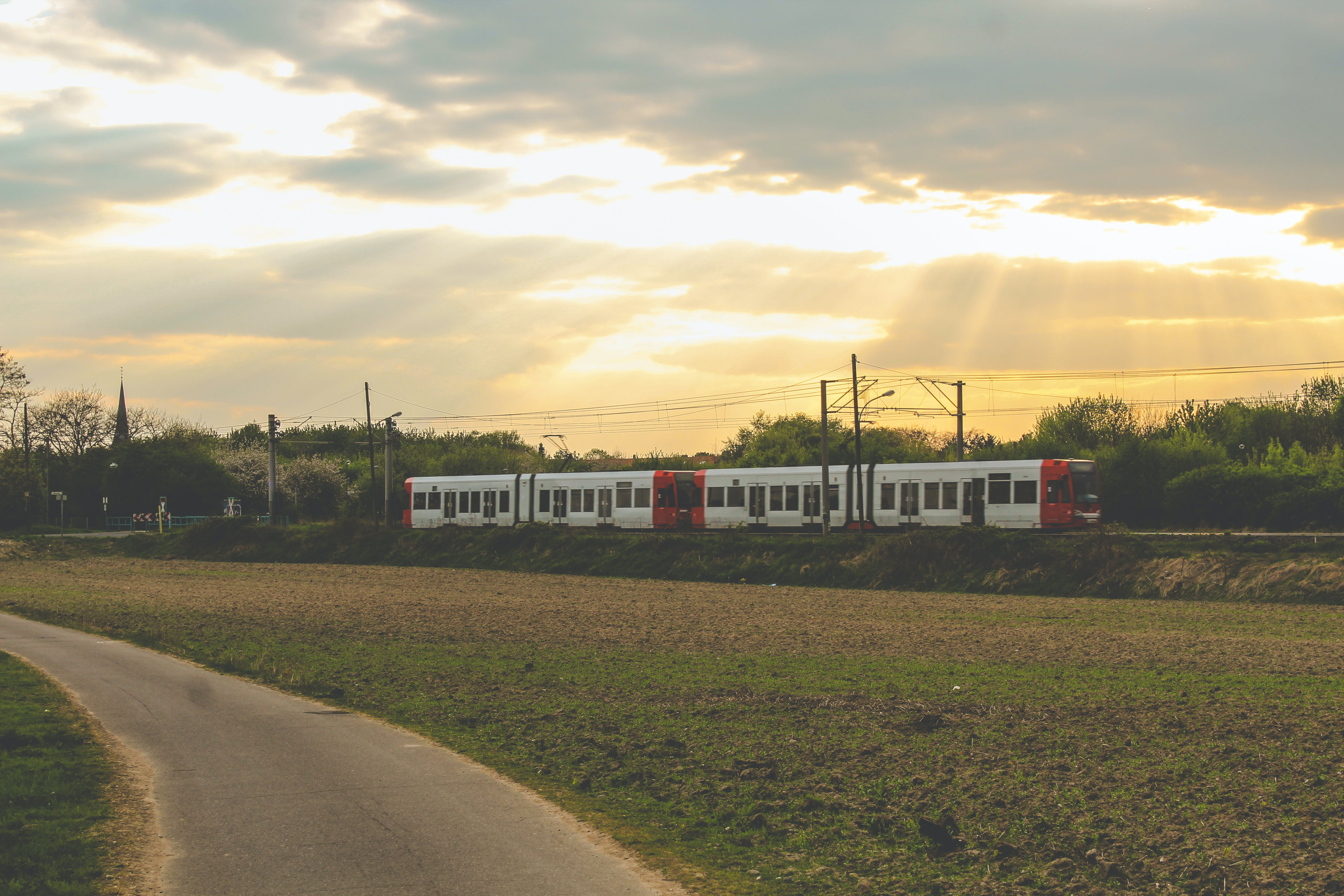 Kostenloses Stock Foto zu abendhimmel, goldenen sonnenuntergang, straßenbahn, straßenbahnlinien