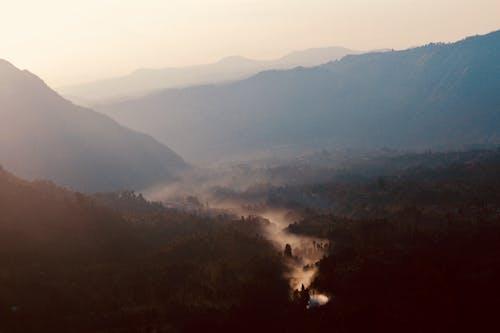 Fotobanka sbezplatnými fotkami na tému dramatická obloha, hmla, slnečná žiara, údolie