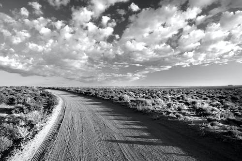 Základová fotografie zdarma na téma černobílý, cestování, krajina, mraky
