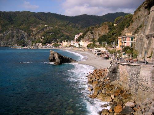 Gratis lagerfoto af bakkelandskab, kysthuse, malerisk, strand