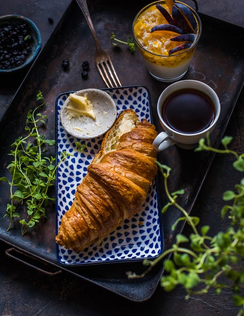 Gratis lagerfoto af croissant, delikat, mad, tallerken