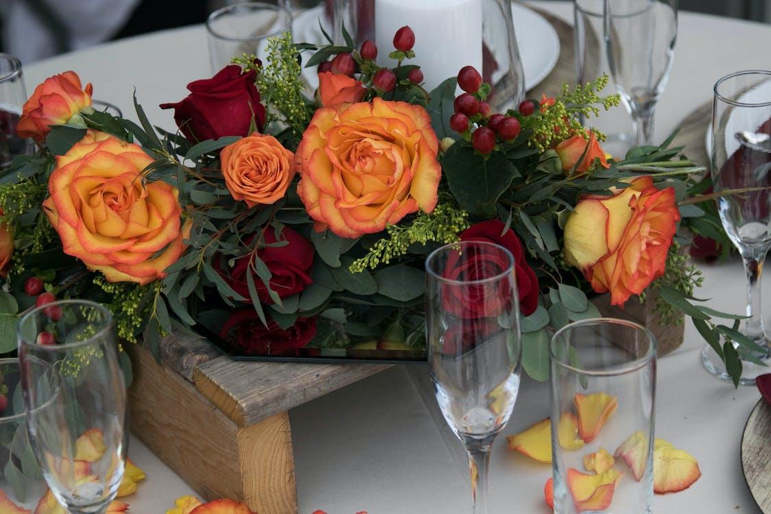 Gratis lagerfoto af appelsin, blomster, borddækning