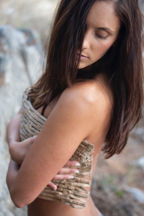 Darmowe zdjęcie z galerii z atrakcyjny, cielisty, dziewczyna, długie włosy