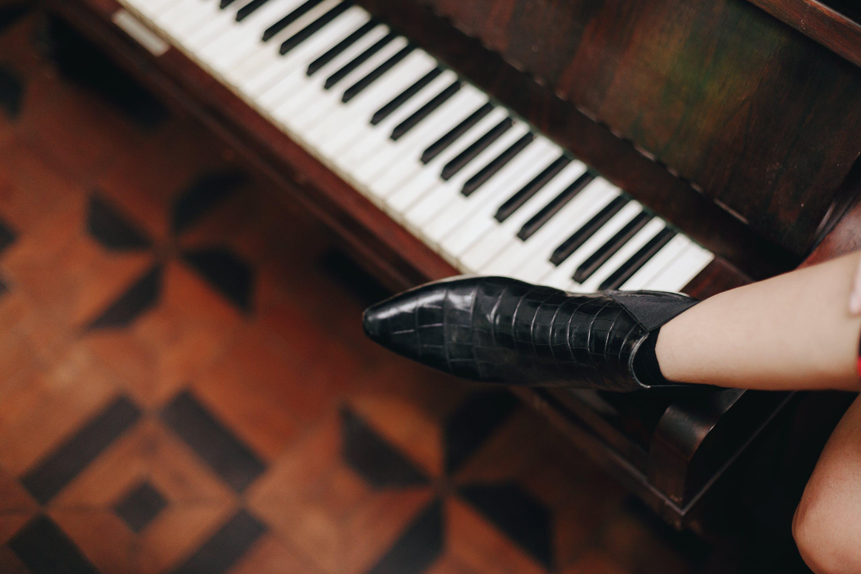 Základová fotografie zdarma na téma bota, eben, holinky, hudební nástroj