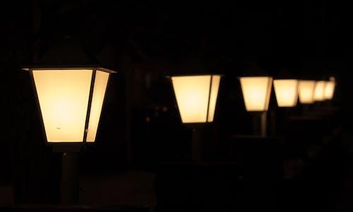 Foto profissional grátis de amarelo, escuro, fileira, lâmpadas