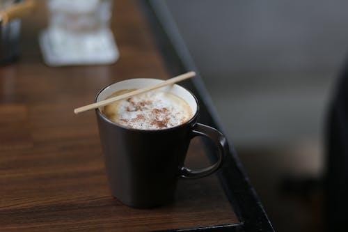 Základová fotografie zdarma na téma káva, kávový nápoj, konferenční stolek, šálek kávy