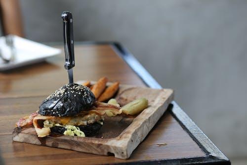 Základová fotografie zdarma na téma hamburger, jídelní stůl, jídlo, oběd