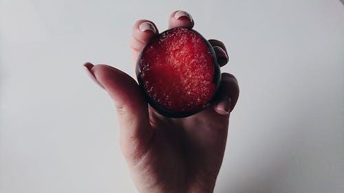 Безкоштовне стокове фото на тему «їжа, Рука, фрукт, червоний»