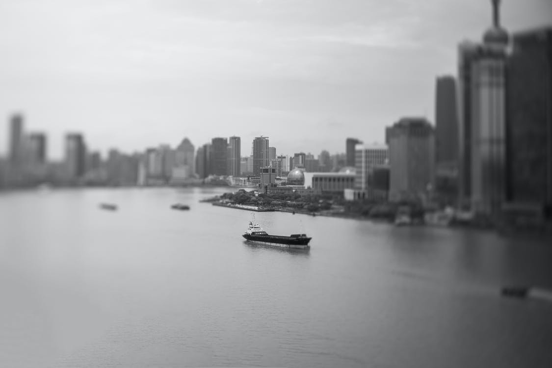 båtar, byggnader, horisont
