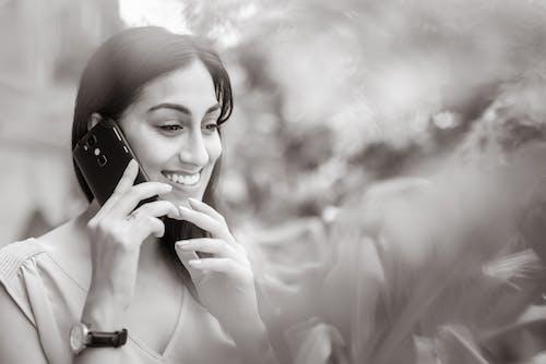 คลังภาพถ่ายฟรี ของ การสื่อสาร, การสื่อสารโทรคมนาคม, ขาวดำ, ดวงตาสวยงาม