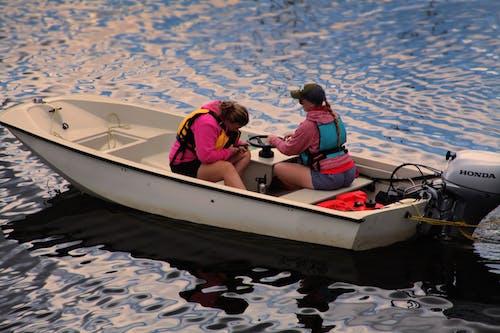 Безкоштовне стокове фото на тему «вода, Водний транспорт, Денне світло, жінки»