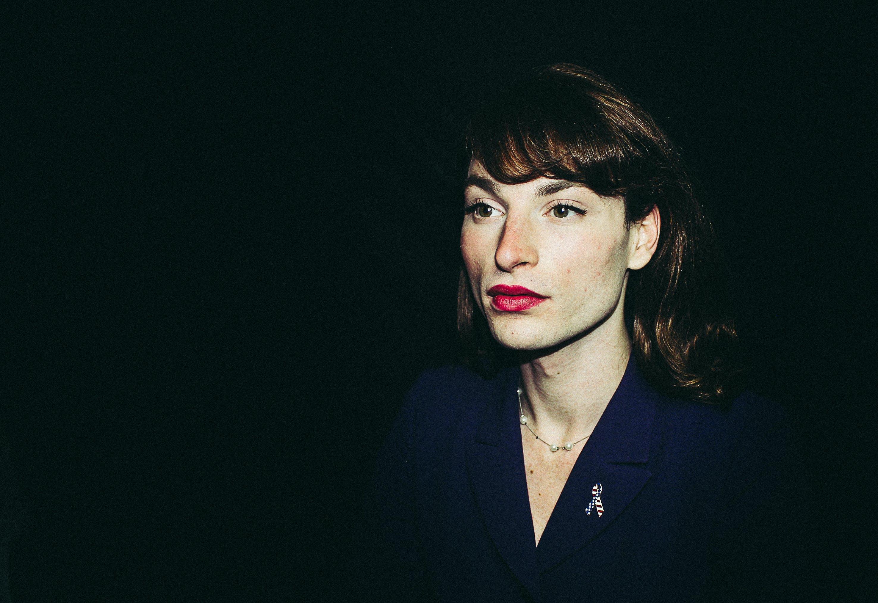 Foto stok gratis background hitam, bibir, bibir merah, cewek