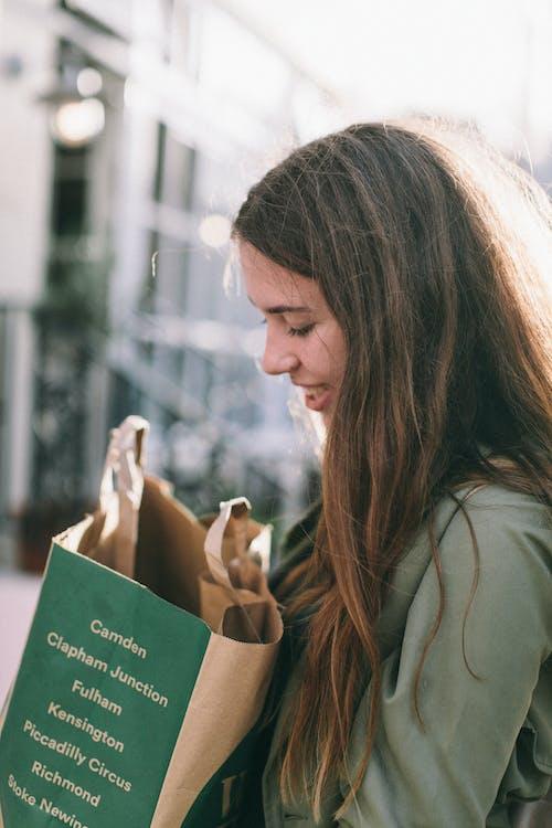Darmowe zdjęcie z galerii z dziewczyna, kobieta, osoba, papierowa torba
