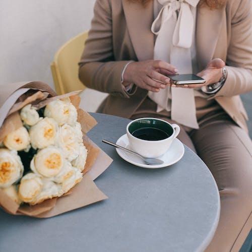 Persona Sentada En Una Silla Mientras Usa Un Teléfono Inteligente