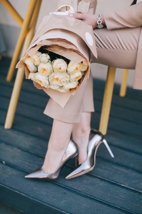 букет, высокие каблуки, лепестки