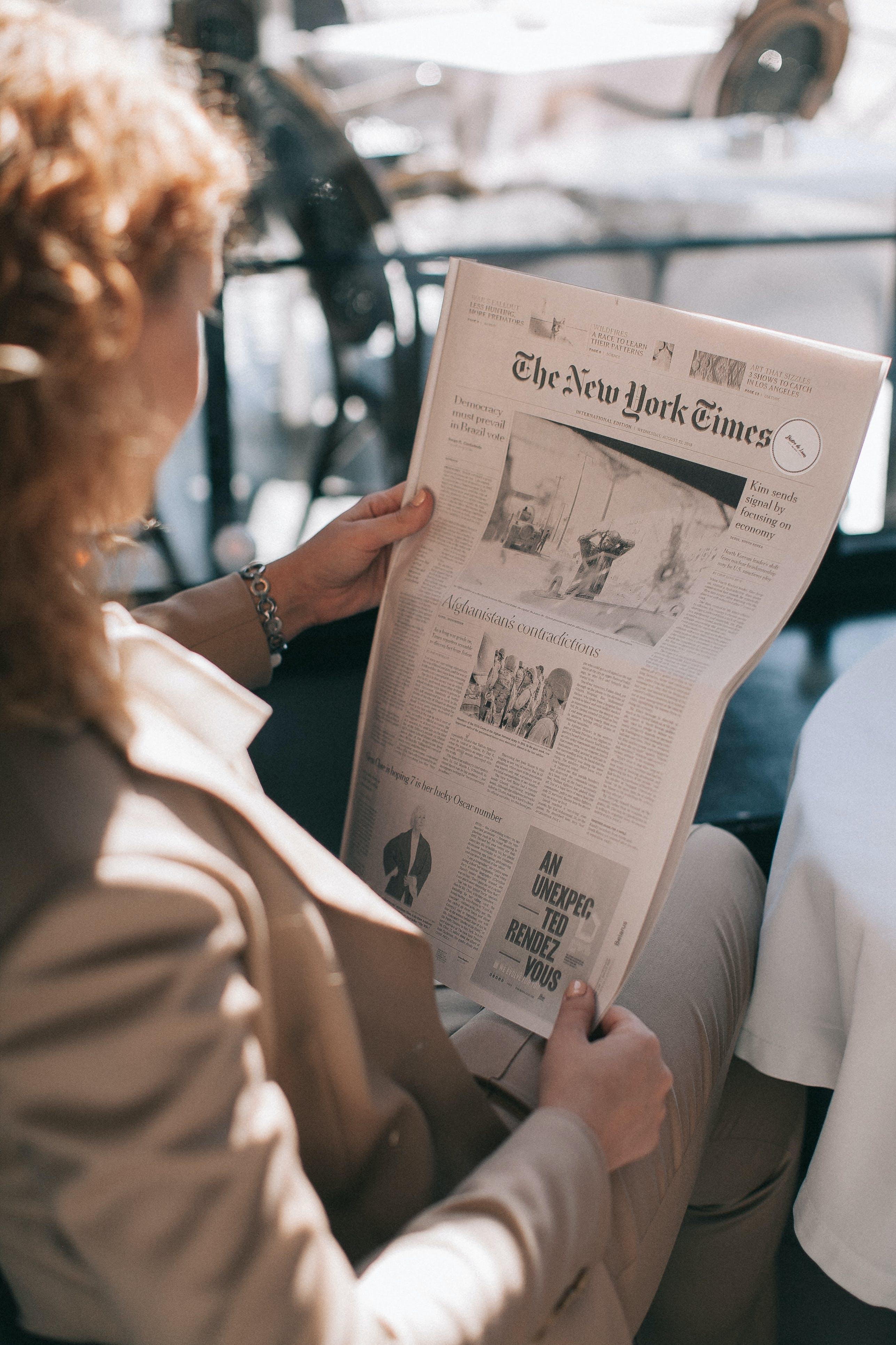 Základová fotografie zdarma na téma blond vlasy, čtení, denní světlo, noviny