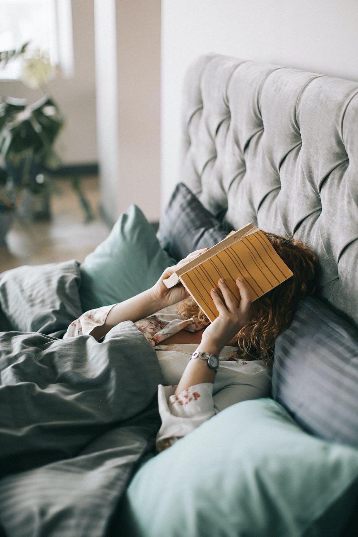 Frau im Bett mit Buch - Quelle: Pexels