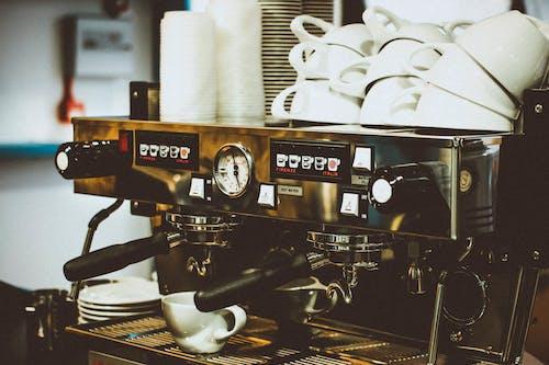 Ilmainen kuvapankkikuva tunnisteilla kahvila, kahvinkeitin, Mukit, tarvikkeet