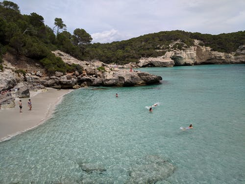 人们游泳, 岩石, 梅诺卡, 歐洲 的 免费素材照片
