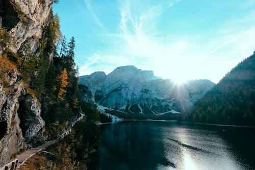 Dağlarla çevrili Göl