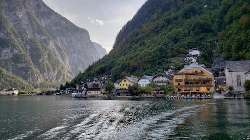 Fotobanka sbezplatnými fotkami na tému hory, malé mesto, na brehu jazera, príroda