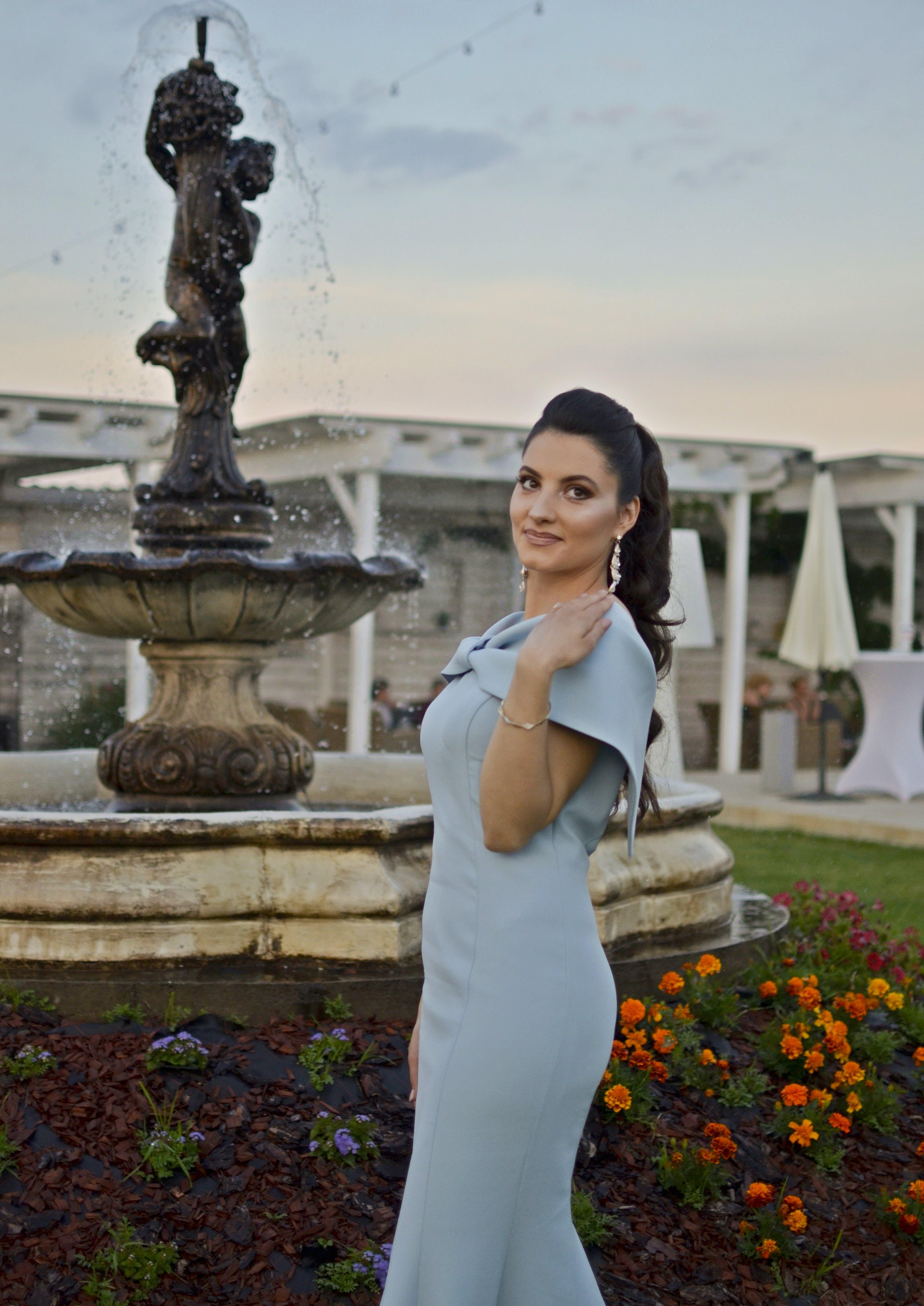 Gratis lagerfoto af blå kjole, blomster, fejring, kvinde