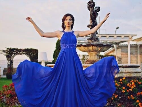 Foto d'estoc gratuïta de aigua, blau, bonic, cabells foscos