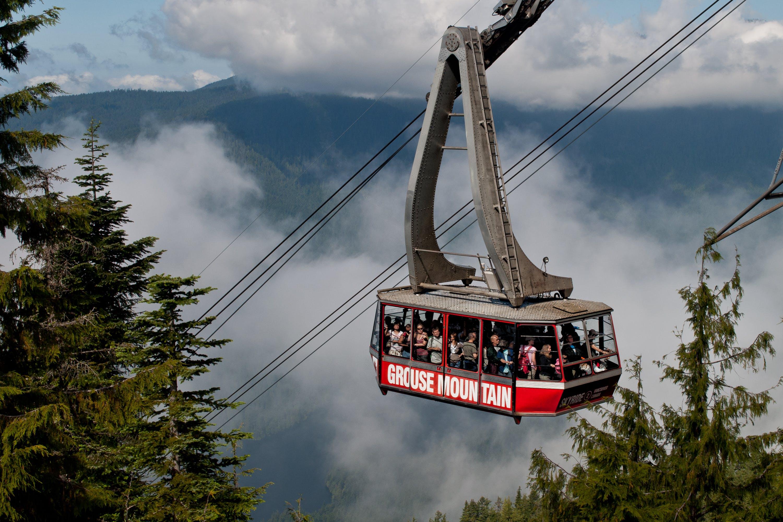 Gratis lagerfoto af bjerge, dagslys, elevator, folk
