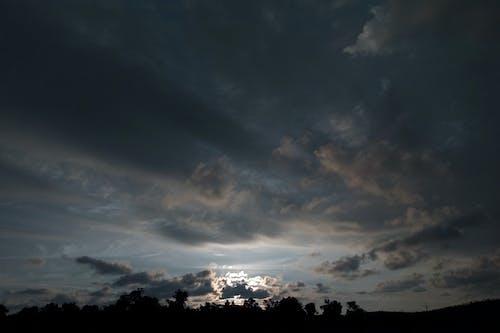 Kostnadsfri bild av dramatisk himmel, morgonsol, mörka moln, mörker